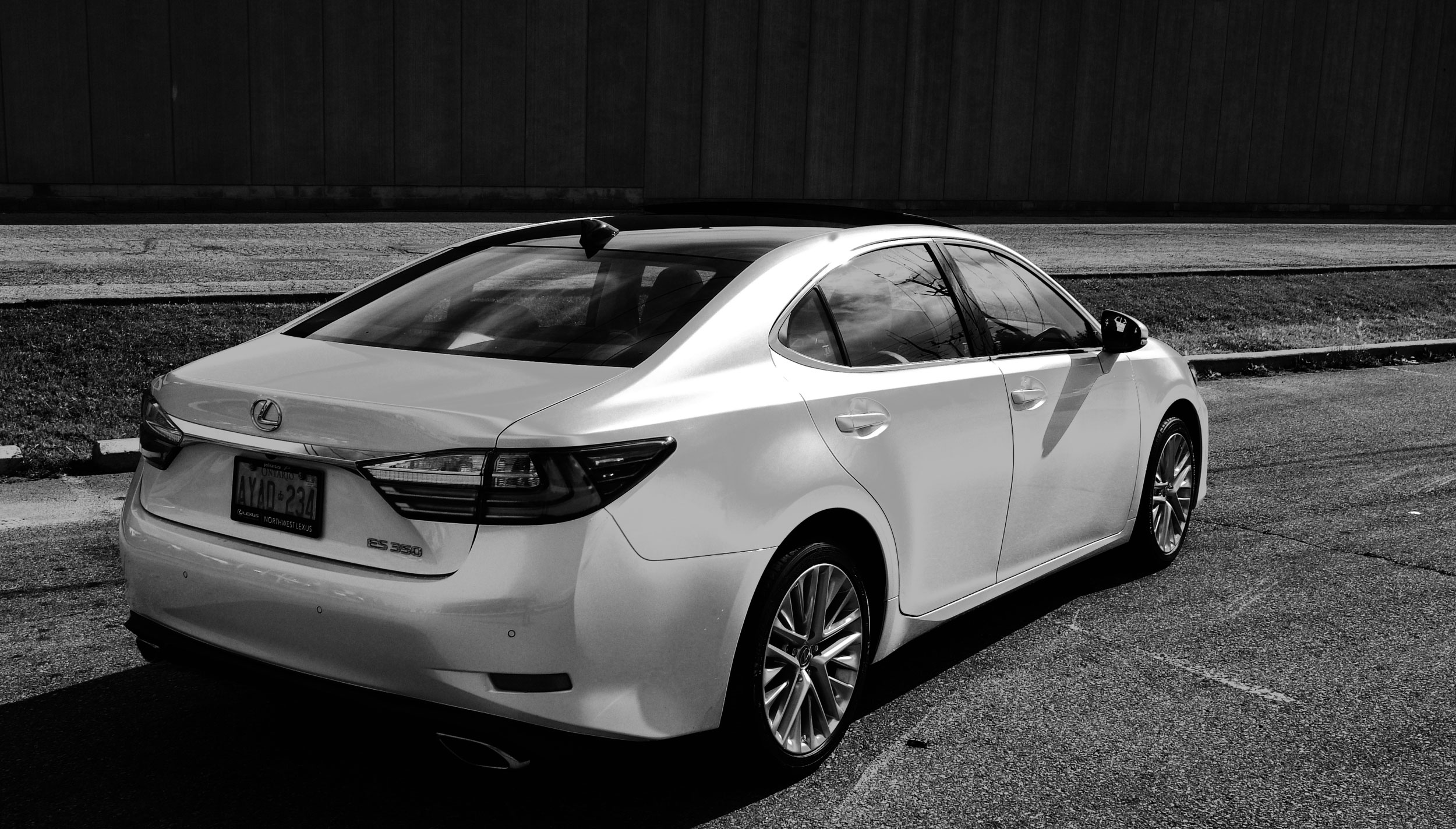 2016 Lexus ES Review - Rear quarter of the 2016 Lexus ES